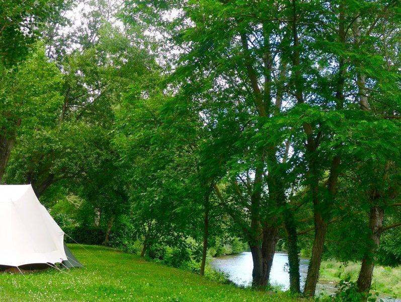 tente bord de riviere