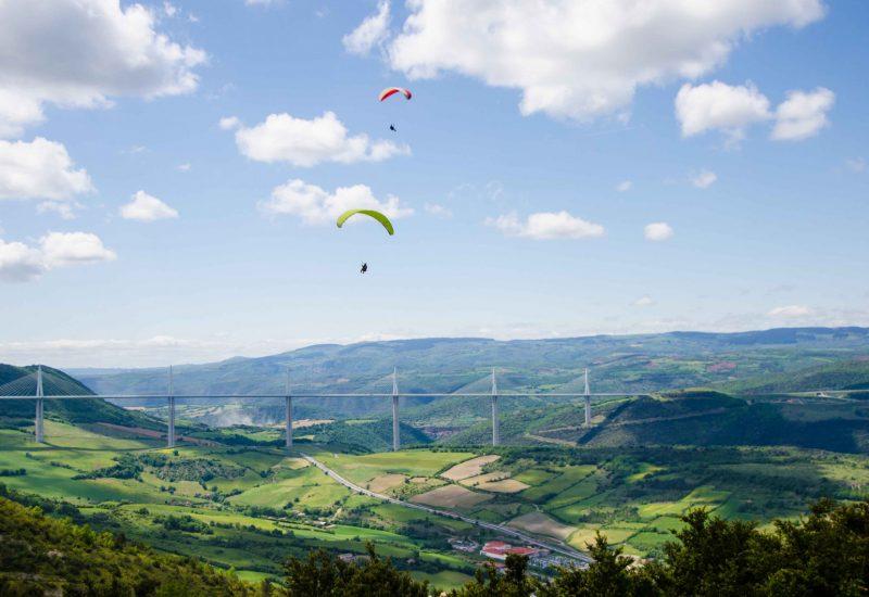 Parapentes-au-dessus-du-viaduc-de-Millau-Aveyron©-M.-Hennessy-Tourisme-Aveyron
